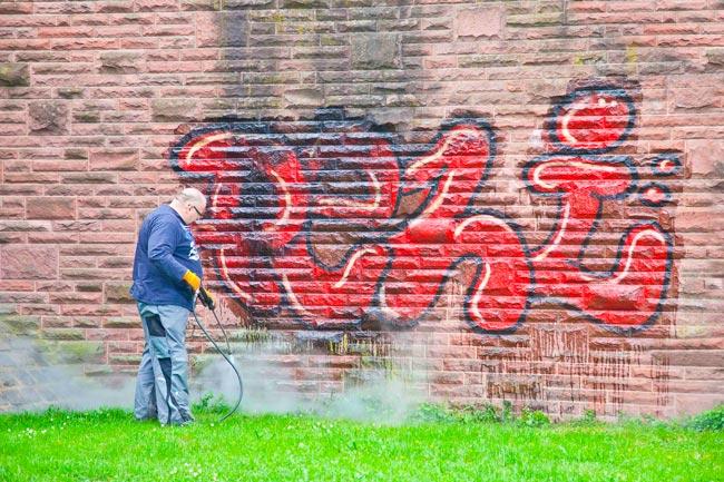 Limpieza de grafitis en pared